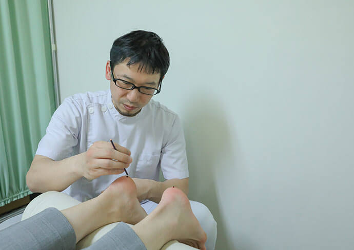 タップ接骨院の足の施術の様子