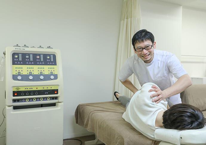 タップ接骨院の腰の施術の様子