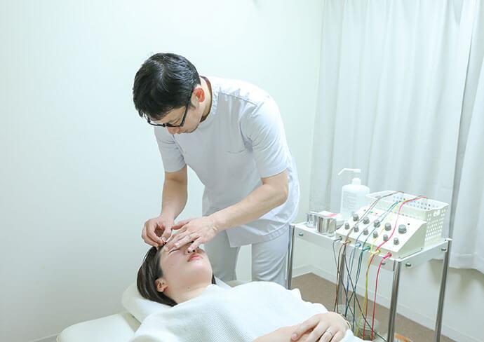 タップ接骨院での美容鍼の施術の様子