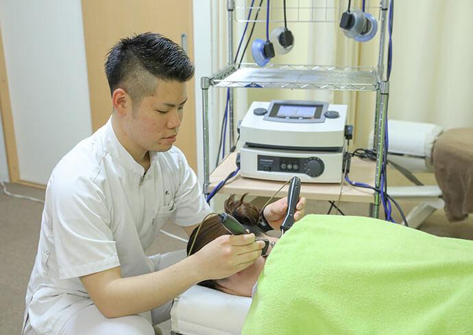 タップ接骨院での立体動態療法(トレーニング、疼痛抑制)の様子