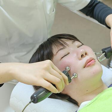 タップ接骨院の美顔用立体動態波の様子