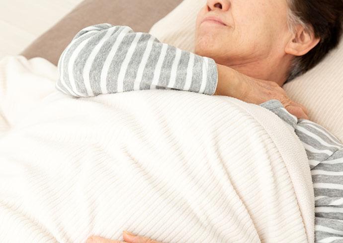 肩を痛がっている女性