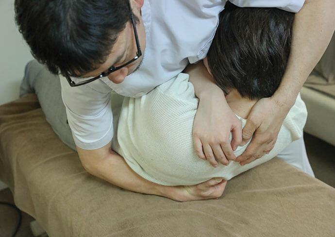 タップ接骨院のぎっくり腰に対処している様子